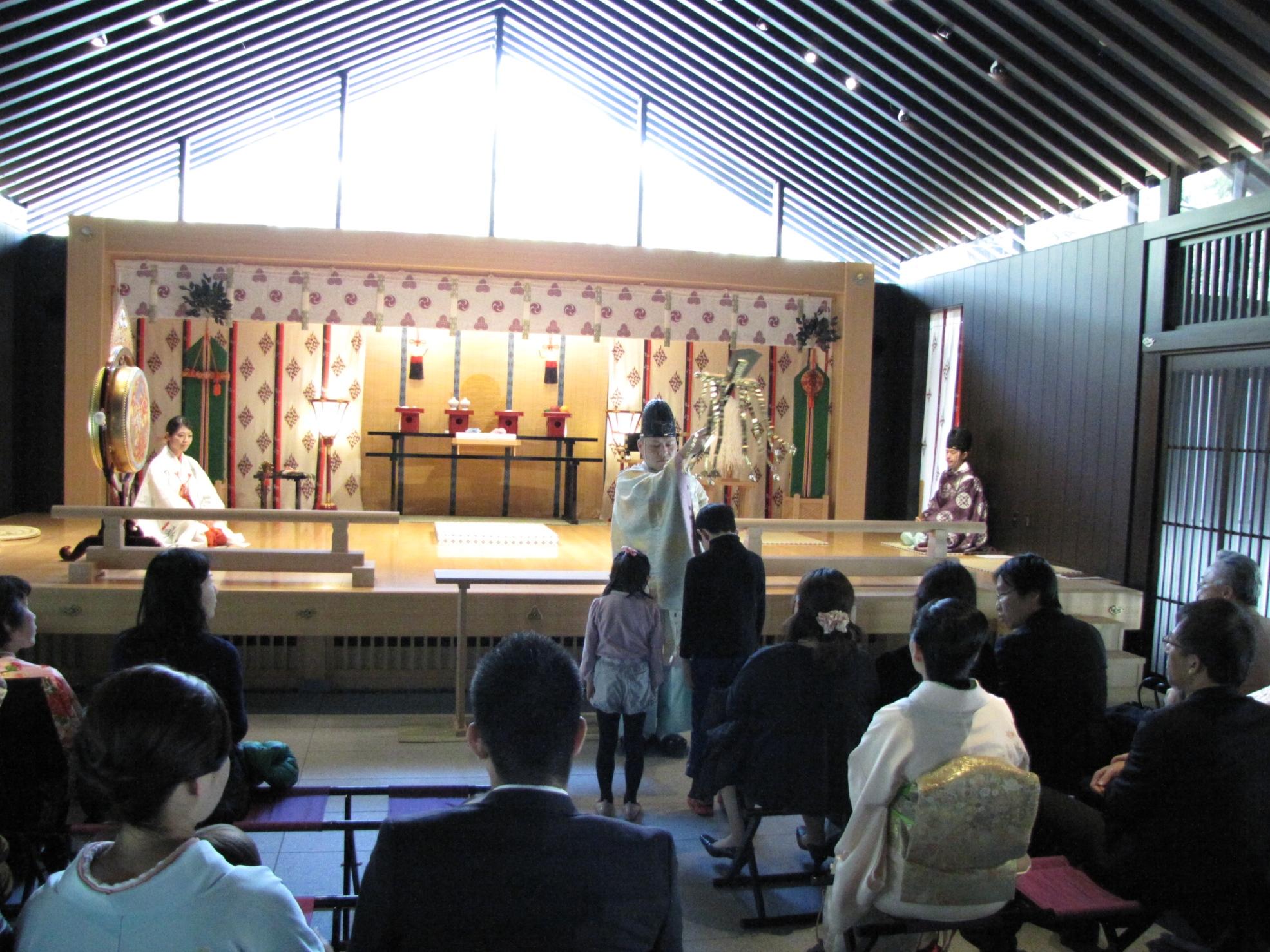 勧学祭のお子さまに、特別福鈴を授与